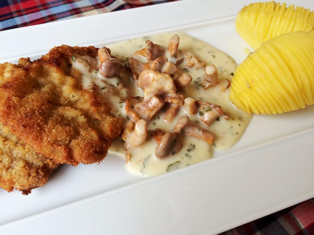 Kalbsschnitzel mit Rahm-Pfifferlingen und Fächerkartoffeln