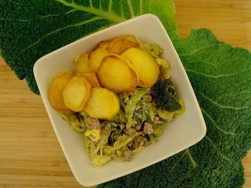Wirsing-Hack-Pfanne mit Bratkartoffeln