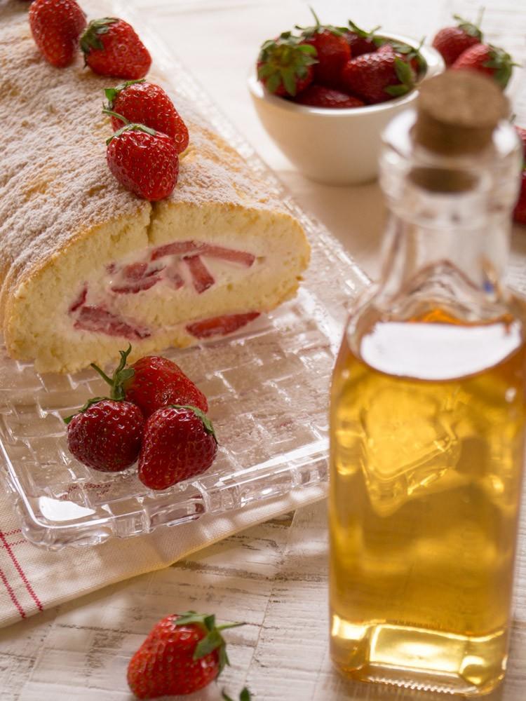 Erdbeer-Holunder-Biskuitrolle