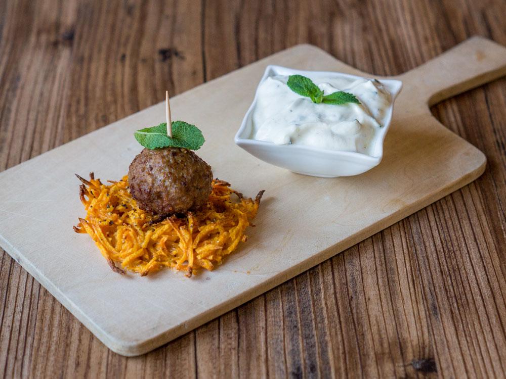 Lammhack-Bällchen auf Süßkartoffel-Rösti mit Minz-Dip