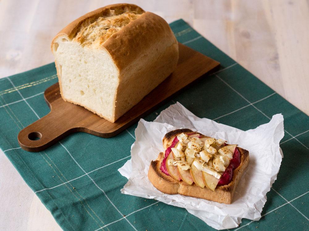 Buttertoast – überbacken mit Rote Bete, Apfel und Ziegenkäse