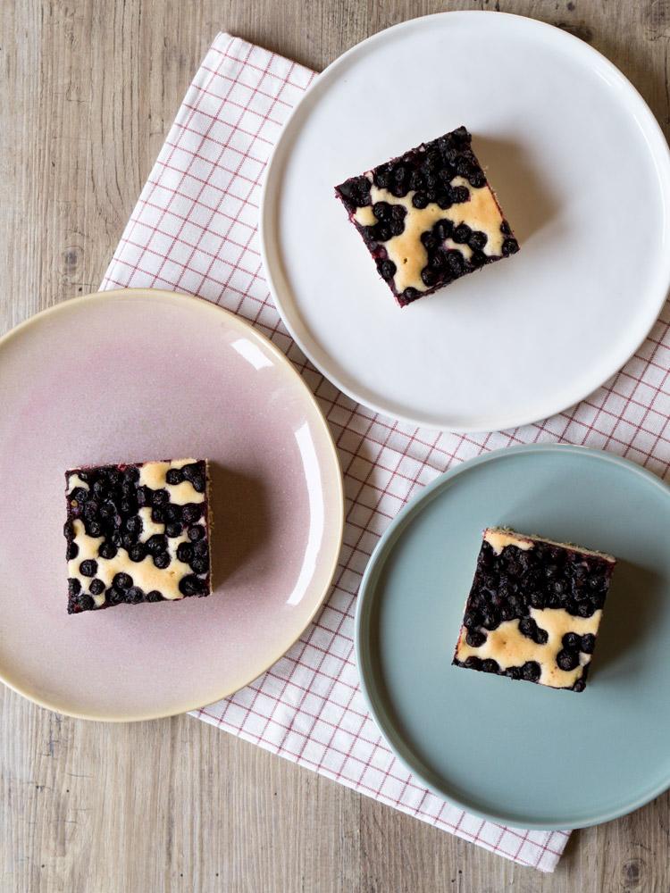 Einfacher Blechkuchen mit Heidelbeeren